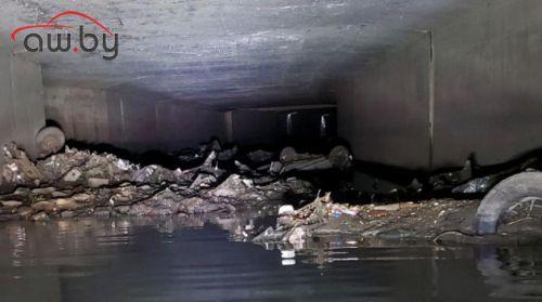 Коммунальщики нашли автомобиль в ливневой канализации (фото)
