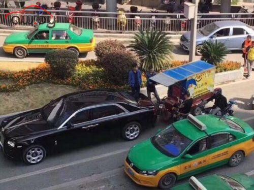 В Китае произошла авария «из анекдотов» (виновнику не до смеха)