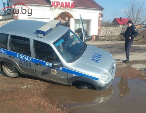 На одной из улиц Полоцка «утонул» милицейский внедорожник