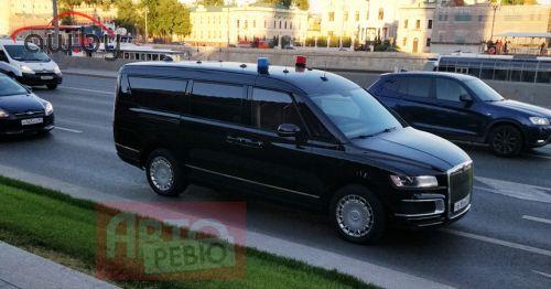 Новые машины «из кортежа Путина»: теперь и фото микроавтобуса